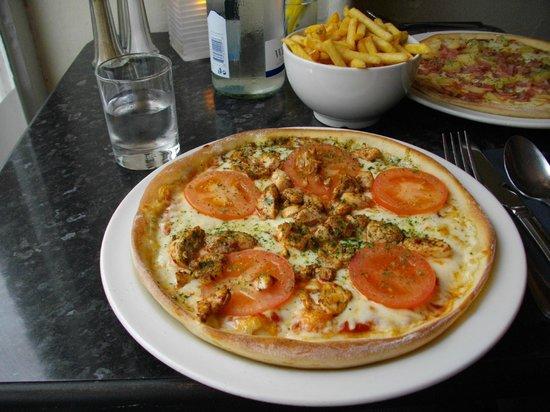 Rumours Pizzeria: Margarita pizza with spicy chicken