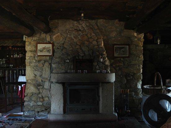 Hotel Rural Casa da Anta: Salão (tirado através do vidro)