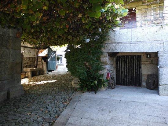 Hotel Rural Casa da Anta: Entrada da quinta, vista do interior
