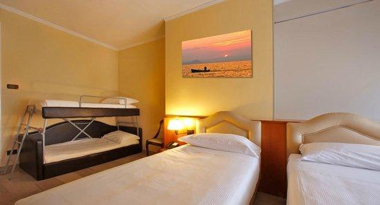 camera con letto a castello - Bild von Hotel Veronello, Bardolino ...