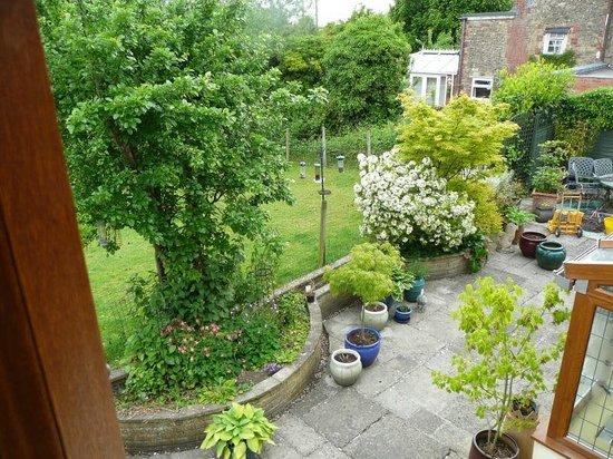 Angel Cottage: Blick vom Doppelbett-Zi in den Garten