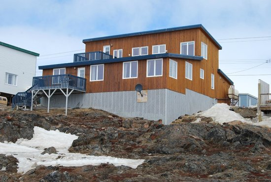 Accommodations By The Sea: Many windows with unimpeded view of Frobisher Bay