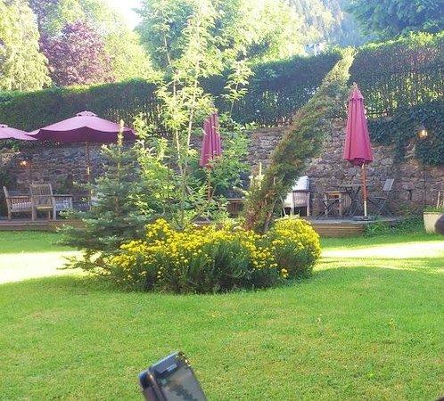 Grand Hôtel Le Mont Dore : Le jardin avec des chaises longues et petits salon à disposition