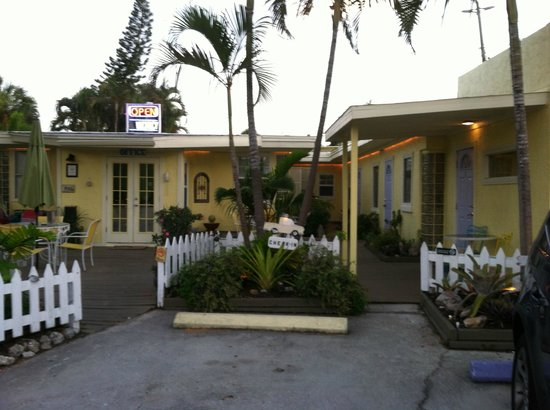Haleys Motel and Resort : Motel grounds