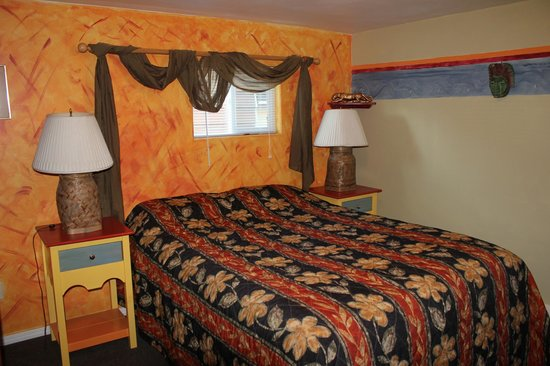 Planet Anchorage Bed & Breakfast: Jungle Joe's room