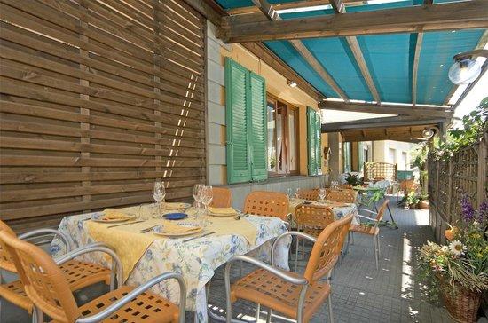 Albergo Ristorante Africa: i tavoli all'aperto del ristorante Africa
