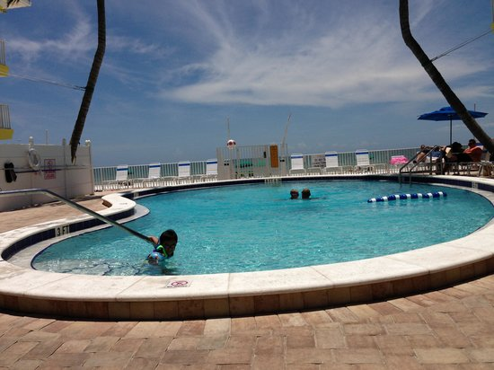 Sandpiper Gulf Resort: Pool and beach view