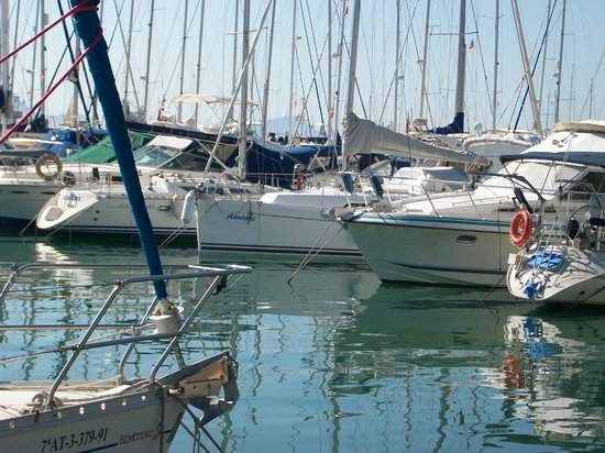Hotel Roc Continental Park: Alcudia Port  about 1 hours walk along beach