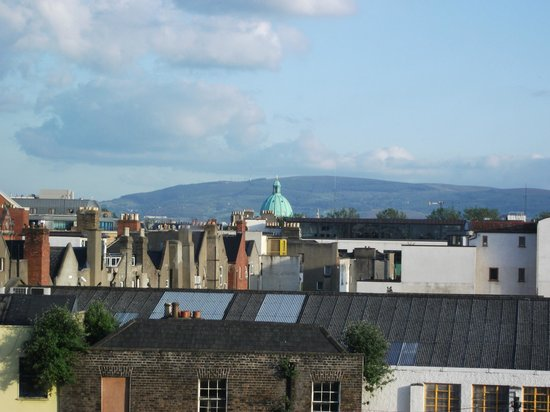 Camden Deluxe Hotel: Our view over Dublin towards the mountains