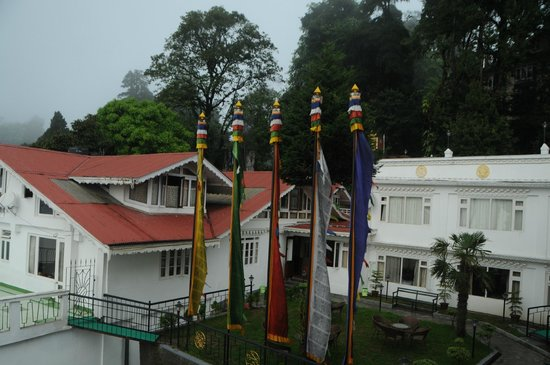 Little Tibet Resort: hotel lawn