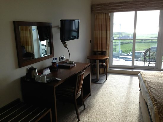 Strandhill Lodge and Suites Hotel: Room 206 TV & desk