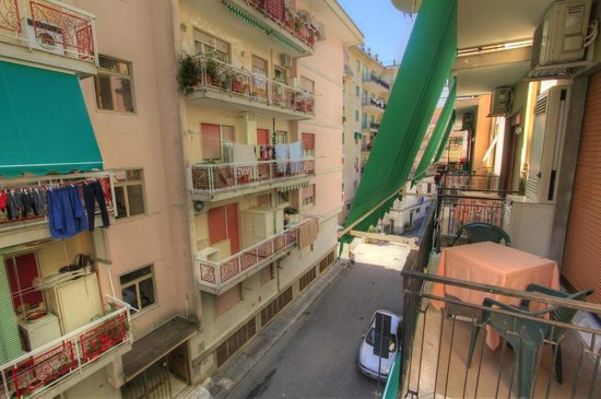 Hotel  De Rosa: View from room balcony onto the street