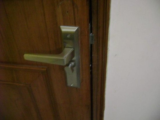 Hotel Lohmod: Broken latches in main door