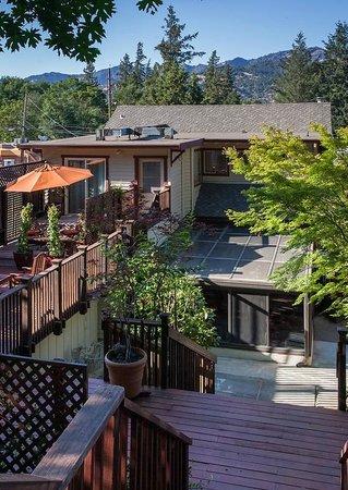 Wine Way Inn: Enjoy catching some sun on the deck