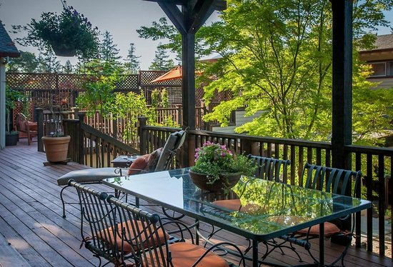 Wine Way Inn: Enjoy a glass of wine on the porch