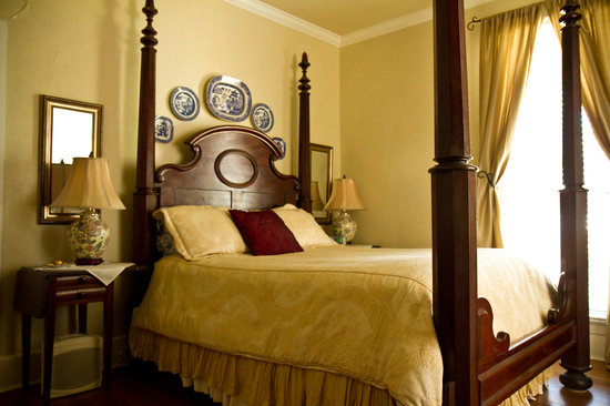 Blue Willow Bed and Breakfast: The Heritage Bedroom