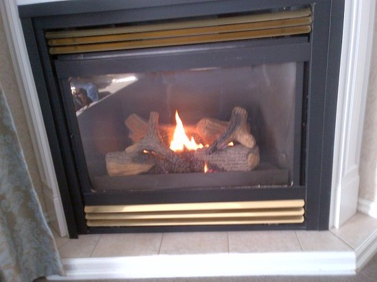 The Gananoque Inn and Spa: fireplace in the room
