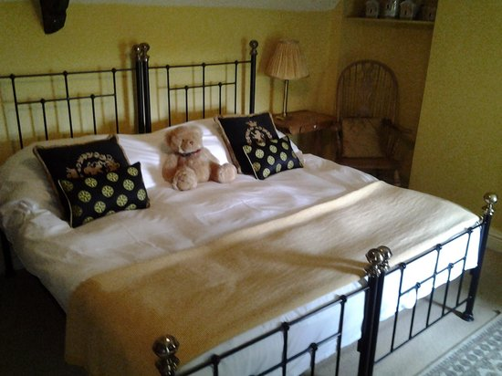 The Hunters Rest Inn: Room 1 - Bed complete with teddy bear