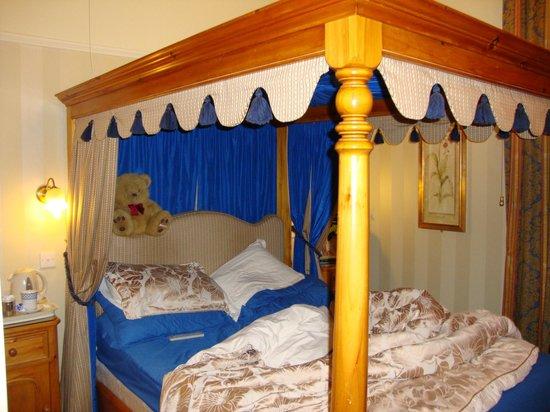 Haven Guest House: the four poster bed