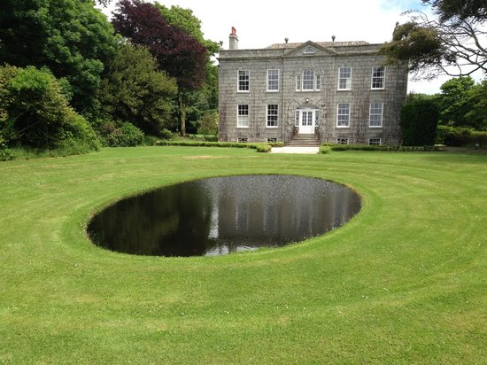 Bonython Estate Gardens: The front lawn