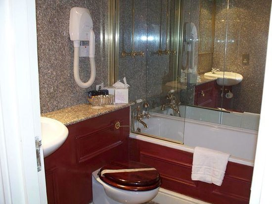 The Gallery Hotel: Large & clean bathroom