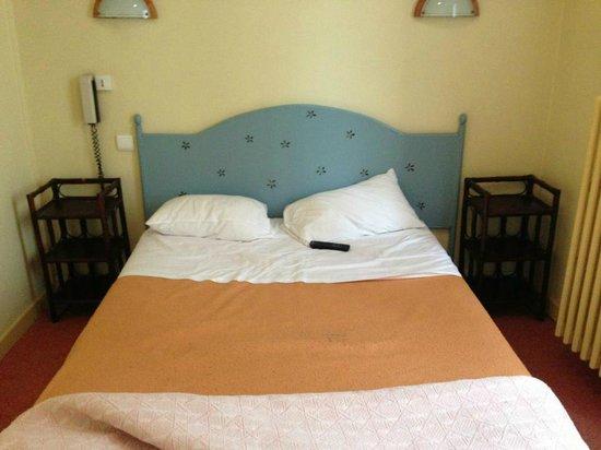 Hotel Montchapet : lit avec taches douteuses et poils douteux