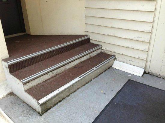 Hotel Montchapet : palier avec mégots et saletés