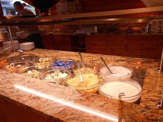 Bon Alpina : Parte del buffet de desayuno