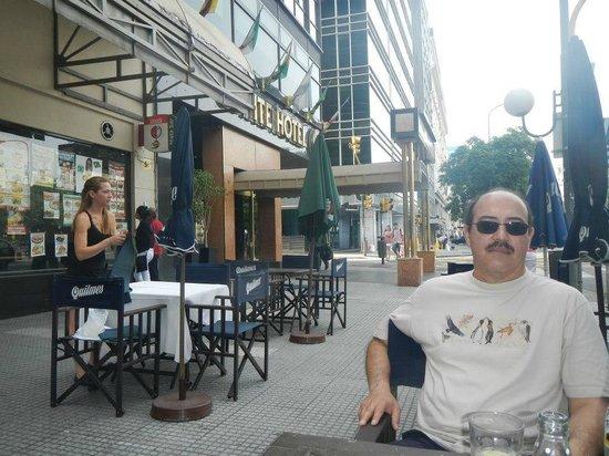 Conte Hotel : En las afueras del Hotel Conte, en un cafe vecino.