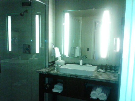 Viejas Casino & Resort: So clean, but the sink is a bit tall, even for me @ 5'7.
