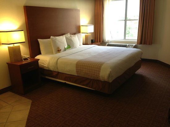 La Quinta Inn & Suites Bannockburn-Deerfield: King jacuzzi suite bedroom