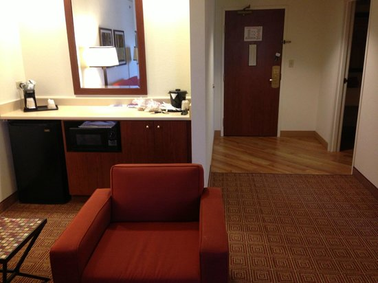 La Quinta Inn & Suites Chicago North Shore: King Jacuzzi suite microwave/refrigerator
