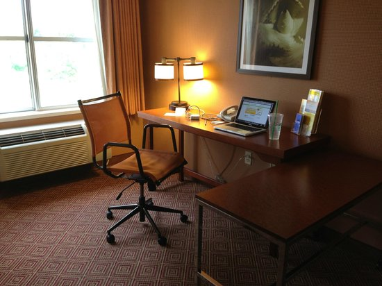 La Quinta Inn & Suites Bannockburn-Deerfield: King Jacuzzi suite desk