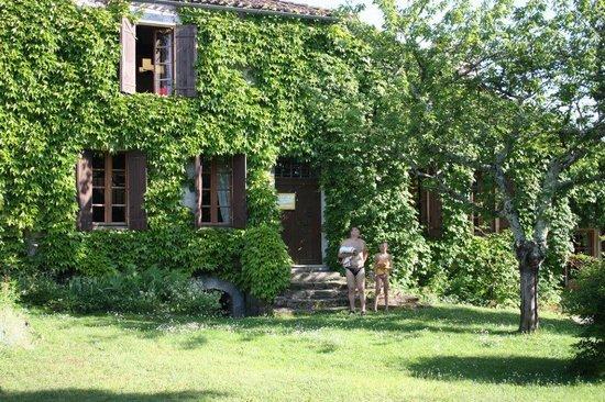 Chez Papi et Mamie : У нас был отдельный вход и поляна
