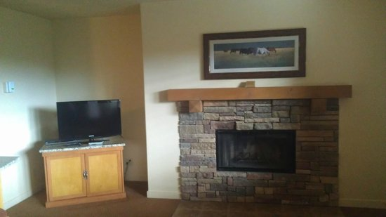 WorldMark Bend - Seventh Mountain Resort: fireplace & tv