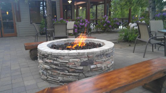 WorldMark Bend - Seventh Mountain Resort: outdoor fireplace near seasons