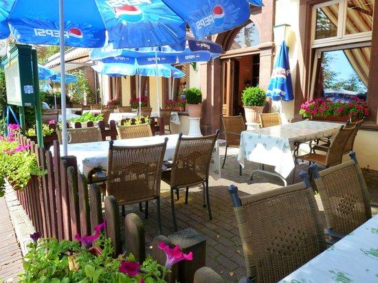 Terrasse Zur Strassenseite Bild Von Restaurant Tu Warburg