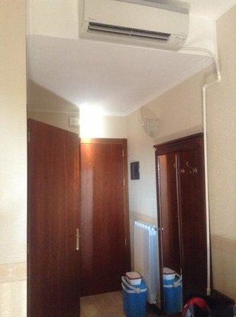 Duino, Italy: Il condizionatore .... notate il tubo che scende dal muro .