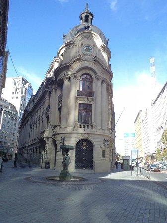 Stock Exchange : Santiago de Chile, Edificio de la Bolsa de Comercio. Vista frontal y pileta por calle Bandera.