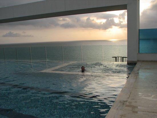 Hotel Las Américas Torre del Mar: Infinity-edge pool