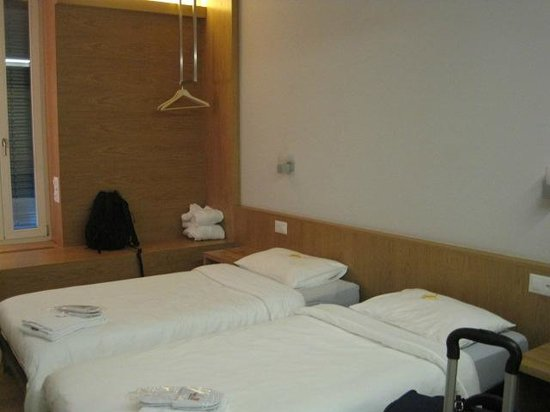 Generation YMCA Hostel: Comfortable beds and good lighting