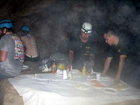 Ian Anderson's Caves Branch Jungle Lodge : Cave Picnic Lunch during Waterfall Cave Expedition