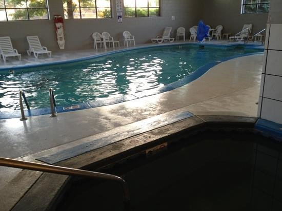 Clarion Inn: pool area. The water didn't look clean and there was stuff floating on the surface.