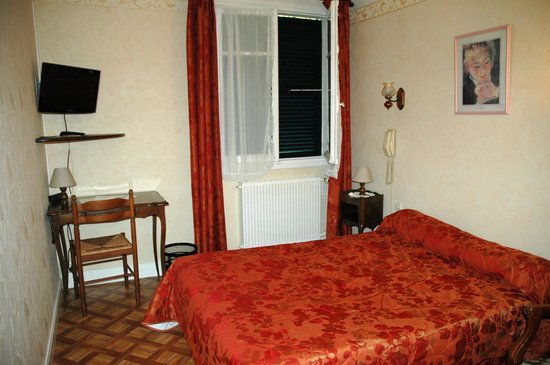Auberge de la Musardiere : Room was clean and comfortable but somewhat dated