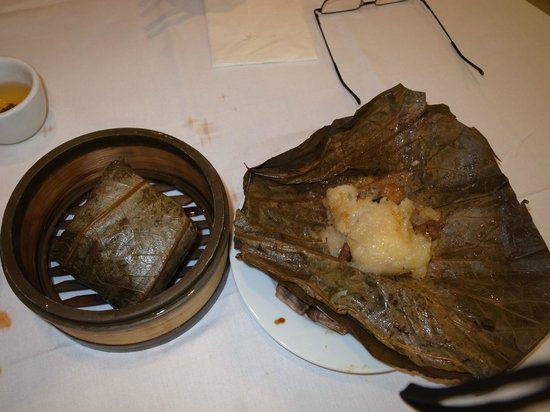 Oriental Garden Restaurant : 蓮の葉で巻いた中華おこわ。