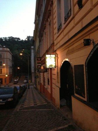 Blind Eye Hostel & Guest House: Sick bar around the corner