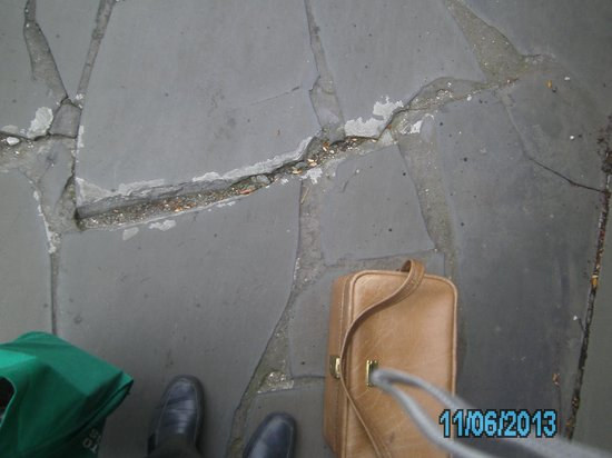 Vibe Hotel Carlton: Damaged pathway which was supposed to been repaired.