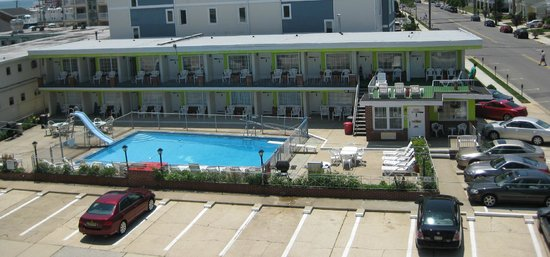 Sea Chest Motel: View from across the street