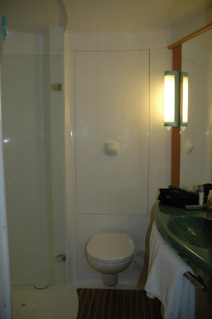 Ibis Dijon Centre Clemenceau : Well-designed bathroom unit
