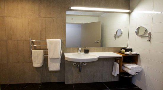 King and Queen Hotel Suites: Bathroom